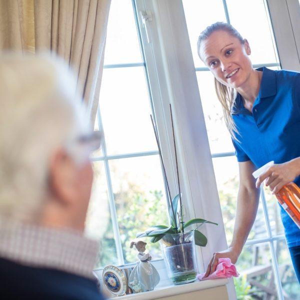 Comment aider les personnes âgées de votre entourage à garder leur intérieur propre ?